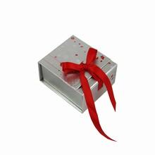 Boîte argentée avec ruban rouge #2